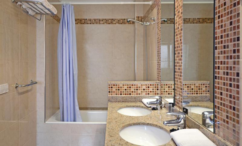 double room bathroom hotel fonda el camí cambrils